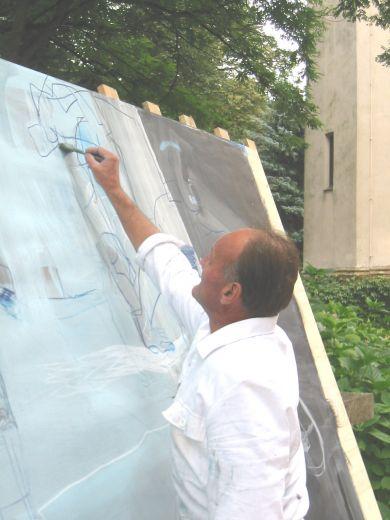 Alois Köchl arbeitet im Schlosspark an seinem Werk
